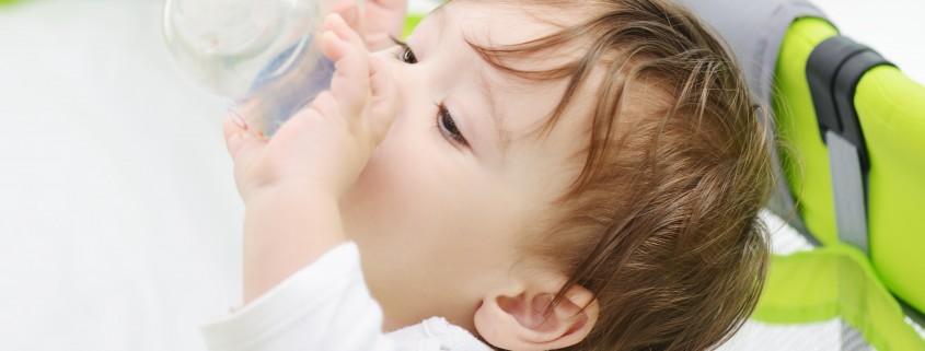 תינוק שותה מבקבוק