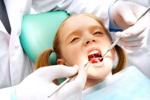 טיפול שיניים לילדה