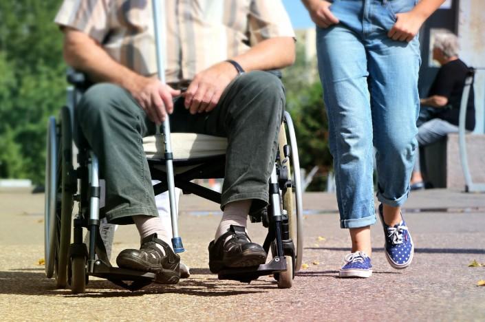 איש על כסא גלגלים